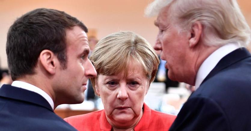 Il presidente francese Emmanuel Macron (a sinistra), il cancelliere tedesco Angela Merkel e il presidente Usa Donald Trump